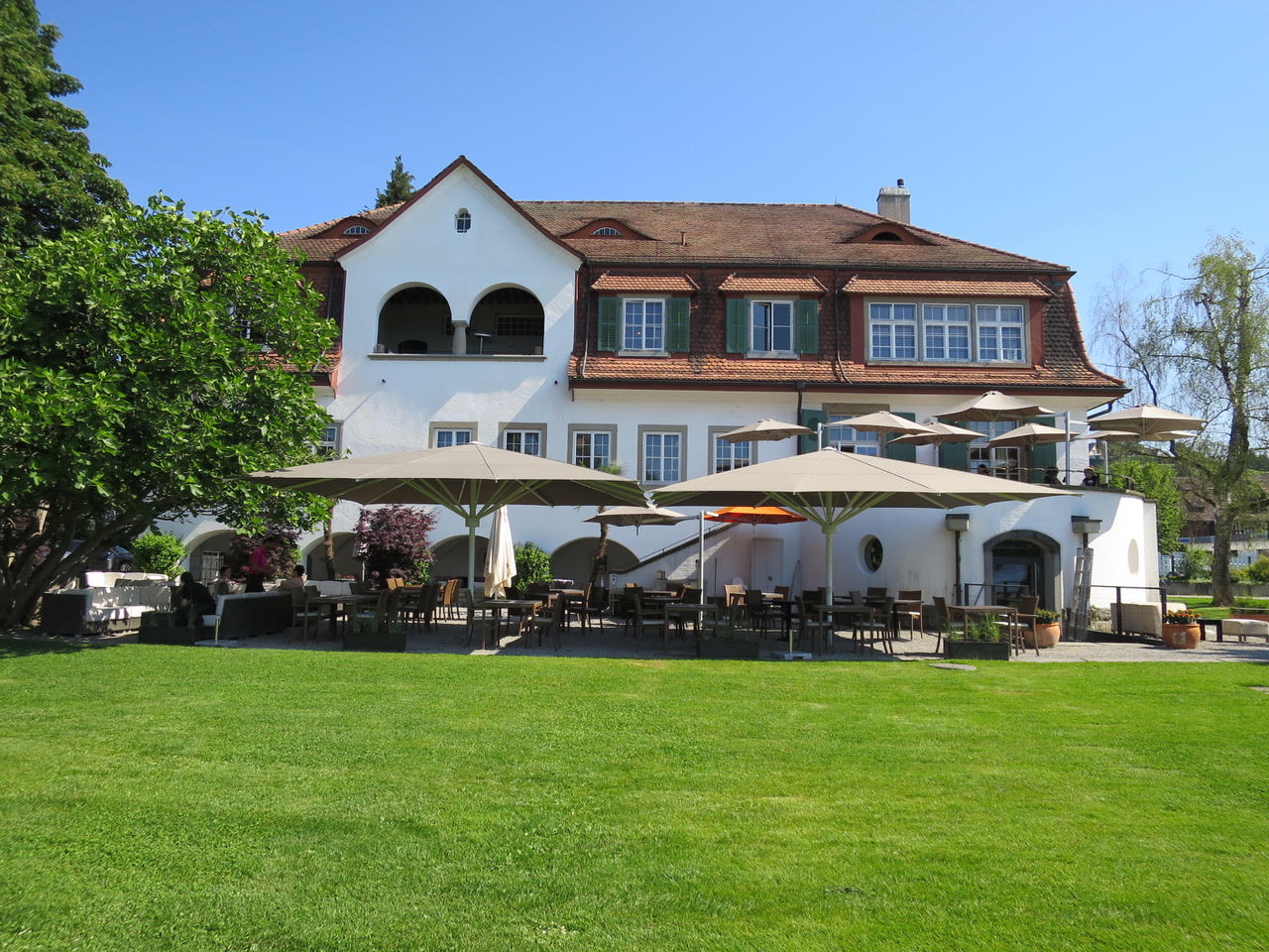 "MAY Sonnenschirme beim Event-Restaurant ""Villa Sunneschy"" im 2015 mit 2 May-Gross-Schirmen Modell Albatros 6x6m."