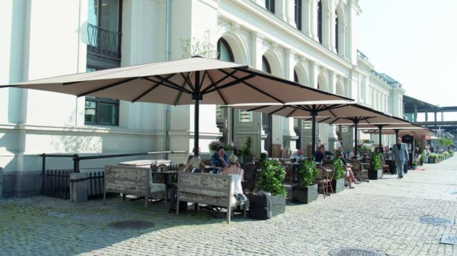 MAY Sonnenschirme vor einem Gartenrestaurant