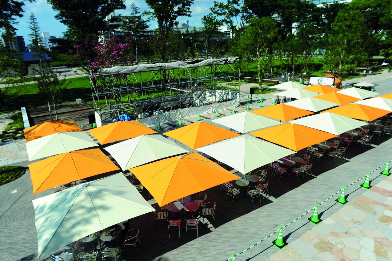 MAY Sonnenschirme in einer Parkanlage